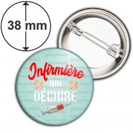 Badge 38mm Epingle Infirmière qui déchire - Seringue Pansements Fond Bleu