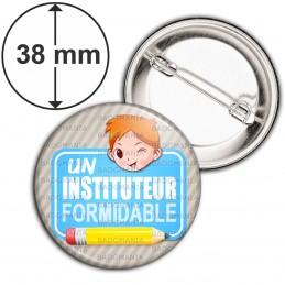 Badge 38mm Epingle Un Instituteur Formidable - Roux - Fond Gris