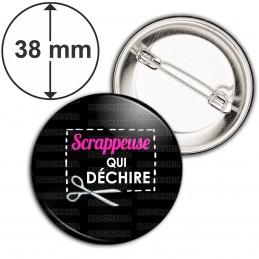 Badge 38mm Epingle Scrappeuse qui déchire - Ciseaux Fond Noir