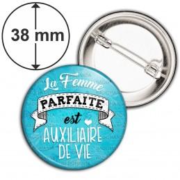 Badge 38mm Epingle La Femme Parfaite est AUXILIAIRE DE VIE