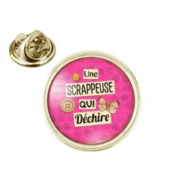 Pin's rond 2cm doré Une scrappeuse qui déchire - Boutons Papillon - Fond Rose