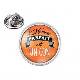 Pin's rond 2cm argenté L'Homme Parfait est UN CON