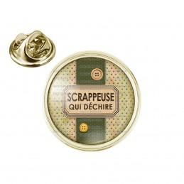 Pin's rond 2cm doré Scrappeuse qui déchire - Boutons Fond Vert Points