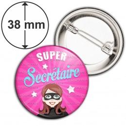 Badge 38mm Epingle Super Secrétaire - Femme Masquée Fond Rose