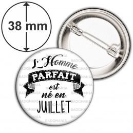 Badge 38mm Epingle L'Homme Parfait est Né en JUILLET - Noir sur Blanc