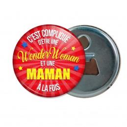 Décapsuleur 6cm Aimant Magnet C'est compliqué d'être une Wonder Woman et une Maman à la fois - Fond Rouge