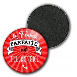 Magnet Aimant Frigo 3.8cm La Femme Parfaite est TELEACTRICE - Telephone sur rouge