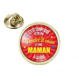 Pin's rond 2cm doré C'est compliqué d'être une Wonder Woman et une Maman à la fois - Fond Rouge