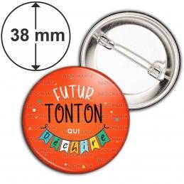 Badge 38mm Epingle Futur TONTON qui déchire - Banderole Fond Rouge