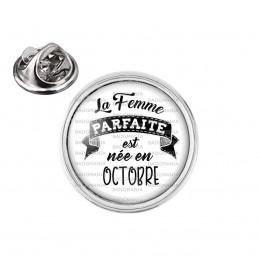 Pin's rond 2cm argenté La Femme Parfaite est Née en OCTOBRE - Noir sur Blanc