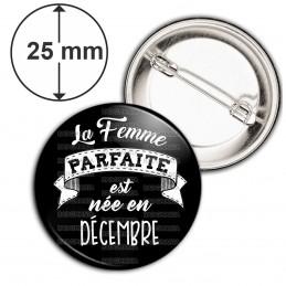 Badge 25mm Epingle La Femme Parfaite est Née en DECEMBRE - Blanc sur Noir