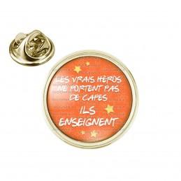 Pin's rond 2cm doré Les vrais héros ne portent pas de capes ILS ENSEIGNENT - Fond Orange