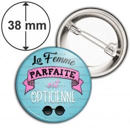 Badge 38mm Epingle La Femme Parfaite est OPTICIENNE - Lunettes Noires fond bleu