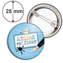 Badge 25mm Epingle L'Ecole est finie - Plume Etiquette Fond Bleu